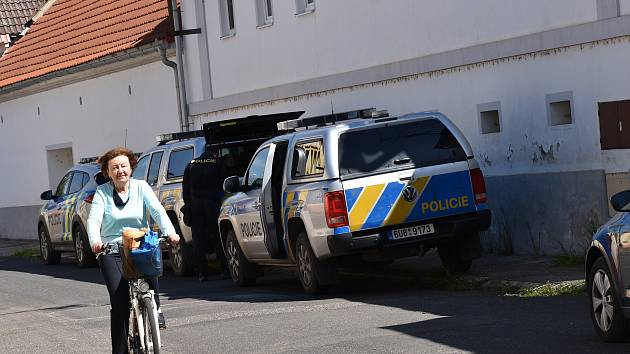 Policie vyšetřovala v pondělí okolnosti nedělní střelby na statku v Bohušovicích nad Ohří