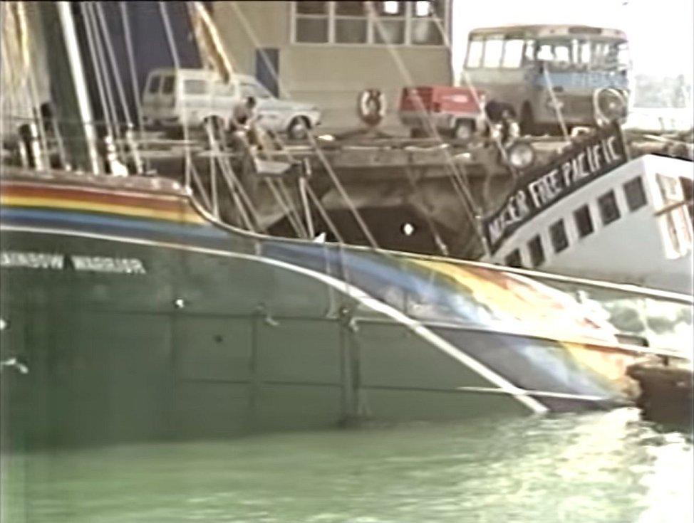 Rainbow Warrior po bombovém útoku v novozélandském přístavu Auckland