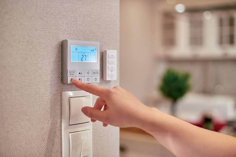 Topit vcelém domě nastejnou teplotu je neekonomické. Moderní regulace dokáže dálkově upravovat teplotu jak pomístnostech, tak ivrámci časové osy.