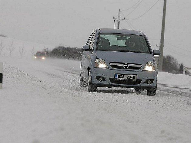 Po mrazivé středě zasypal Českou republiku v noci na čtvrtek opět sníh. Už tradičně způsobil problémy v dopravě. Několik silnic bylo uzavřených, zpoždění měly i vlakové spoje.