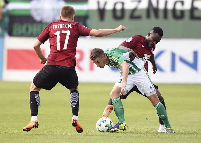 Bohemians – Sparta, snímek z posledního vzájemného utkání v květnu 2018. Zleva Martin Frýdek (Sparta), Dominik Mašek (Bohemians) a Guélor Kanga (Sparta).