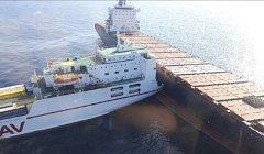 Mezi italským přístavem Janov a francouzským ostrovem Korsika se srazila kyperská kontejnerová loď a tuniský trajekt.