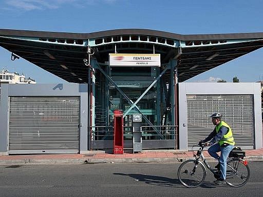 Zavřené nádraží v Aténách. Dopravci vstoupili do generální stávky proti úsporným opatřením
