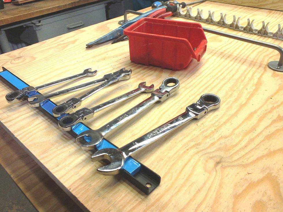 4. krok: připevníme magnetické lišty