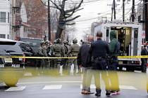 Policisté zasahující u přestřelky kolem supermarketu v americkém New Jersey 10. prosince 2019