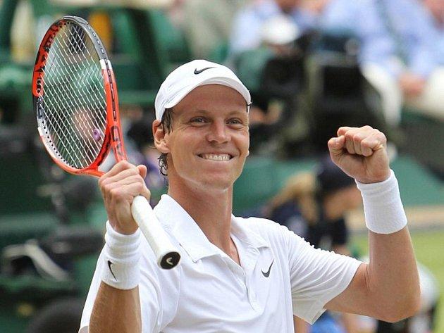 Tomáš Berdych se raduje z postupu do finále Wimbledonu poté, co smetl z dvorce ve třech setech Novaka Djokoviče.