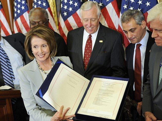 Předsedkyně Sněmovny reprezentantů Nancy Pelosiová ukazuje schválený návrh na poskytnutí 700 miliard dolarů, které mají pomoci při současné finanční a bankovní krizi.