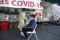 Odběrové místo pro testování na koronavirus ve městě Lawrence v americkém státě Massachusetts, 2. července 2020