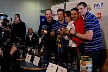 Dvojnásobná olympijská vítězka Martina Sáblíková (uprostřed) ukazuje medaile společně s členy bronzové šatafety (zleva) Lukášem Bauerem, Martinem Koukalem, Jiřím Magálem a Martinem Jakšem.