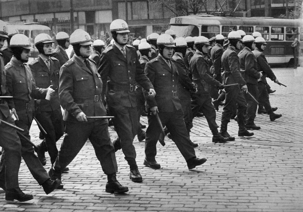 VB rozhánějící demonstraci v srpnu 1969