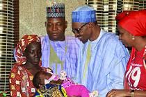 UNIKLA ZE SPÁRŮ. Nigerijští vojáci našli jednu ze studentek, které v roce 2014 unesli teroristé ze skupiny Boko Haram; mladá žena má šestiměsíční dítě. Na snímku v nigerijském prezidentském paláci je školačka Amina Ali, které se jako první podařilo utéci.