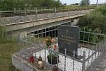 Památník železniční nehody u Stéblové, v pozadí trať směr Pardubice