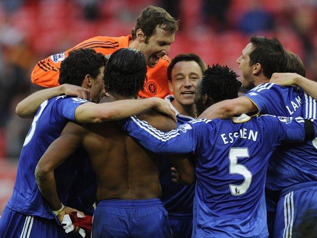 Fotbalisté Chelsea se i s Petrem Čechem (v oranžovém) radují z postupu do finále Anglického poháru.