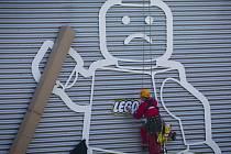 Aktivisté z ekologické organizace Greenpeace vyzvali 16. července happeningem v kladenské továrně firmy Lego, aby tento známý výrobce hraček přestal podporovat ropný koncern Shell. Ten podle nich svou nezodpovědností ohrožuje arktické prostředí.