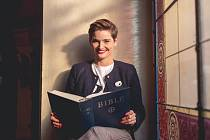 """V Bibli čte Martina denně. """"Bible je kniha knih, o životě, o smrti, o naději, o doteku člověka s Bohem."""""""
