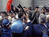 S čínskou vlajkou v ruce a transparenty s nápisy zaplnili čínští přistěhovalci milánské ulice.