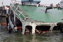 Potopená loď v Munshiganj (asi 32 kilometrů jižně od Dhaka) z března 2012 na řece Meghna. Ilustrační foto.