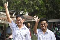 Novináři agentury Reuters Ťjo Sou U (vpravo) a Wa Lone po propuštění z barmské věznice.