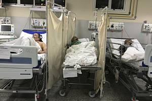 Pacient, který zemřel na nový koronavirus, leží (uprostřed) mezi ostatními pacienty s covidem-19 v jedné místnosti v městské nemocnici Salgada Filha v brazilském Riu de Janeiro (na snímku z 24. května 2020)