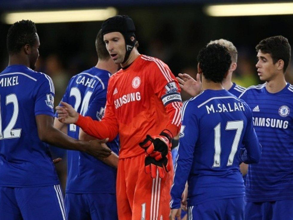 Petr Čech (uprostřed) vychytal Chelsea výhru nad Boltonem.