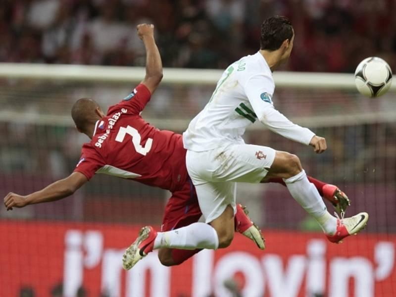 Theodor Gebre Selassie (vlevo) a Cristiano Ronaldo z Portugalska ve čtvrtfinále ME.