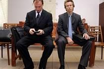 Bývalý šéf Národního bezpečnostního úřadu a státní firmy Čepro Tomáš Kadlec (vlevo) a jeho bývalý náměstek Alexandr Houška.