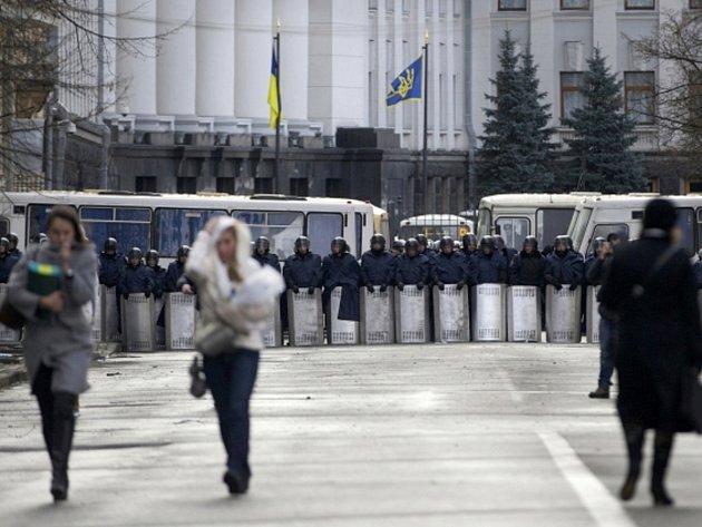 Napětí v ukrajinské metropoli po klidnější noci opět roste. Do města přijíždějí další vojáci.
