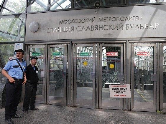 Policisté hlídkují u vchodu do stanice Slavyansky Bulvar.