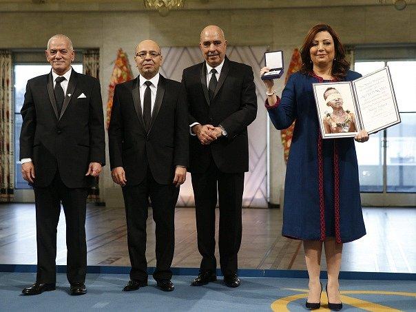 Zástupci takzvaného tuniského kvartetu pro národní dialog přebrali v Oslo Nobelovu cenu za mír.