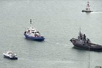 Rusko dnes předalo Ukrajině tři plavidla zadržená loni v Kerčském průlivu. Na snímku vpravo je tažena jedna z lodí na místo předání