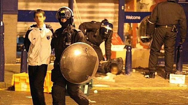 Několik londýnských čtvrtí bylo v noci dějištěm nových incidentů navazujících na nepokoje, jež vypukly v přistěhovalecké čtvrti Tottenham po čtvrtečním zabití jednoho muže policií.