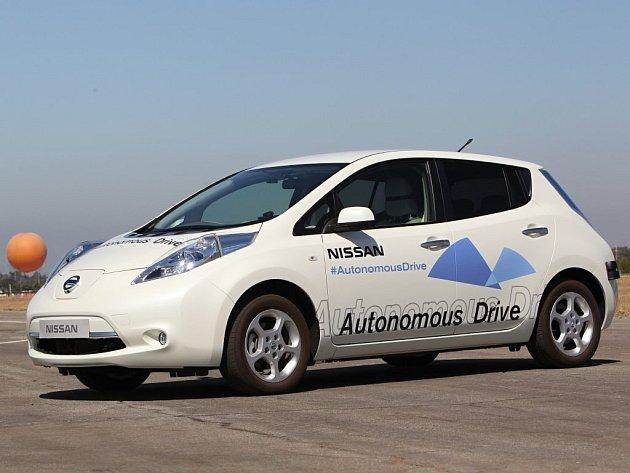 Zkušební prototyp vozu značky Nissan, který dokáže řídit sám.