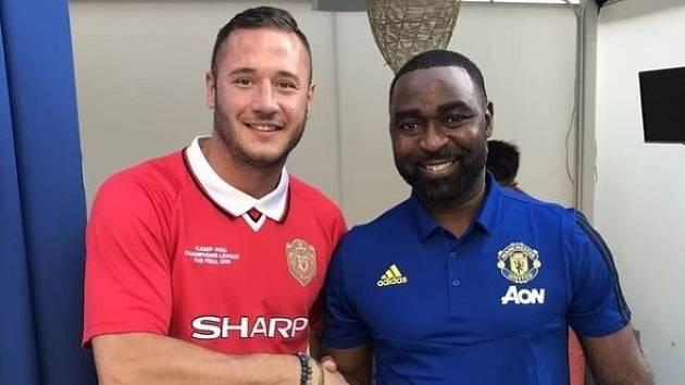 Danny Mountain (vlevo) s bývalým anglickým reprezentantem Andy Colem.