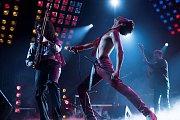 BOHEMIAN RHAPSODY. Snímek mapující život Freddieho Mercuryho začíná a končí triumfálním benefičním koncertem pro Afriku Live Aid. Vrátí se ale i na úplné začátky Queen.