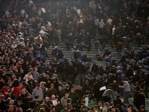 Italská policie rozhání fanoušky Manchesteru United během čtvrtfinále Ligy mistrů na Olympijském stadionu v Římě.