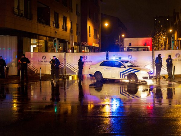Francouzští policisté vsobotu večer na krátkou dobu uzavřeli okolí hotelu Pullman nedaleko Eiffelovy věže.