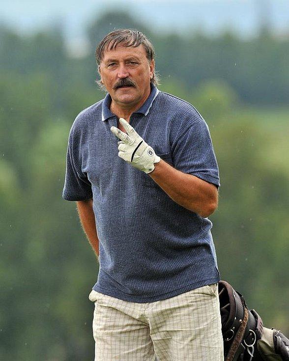Česká fotbalová legenda Antonín Panenka na zelených greenech na Konopišti.