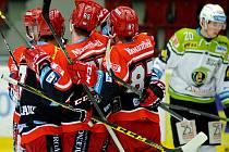 Hokejisté Hradce Králové se radují z gólu proti Karlovým Varům.