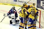 Hokejisté Zlína se radují z gólu proti Vítkovicím.