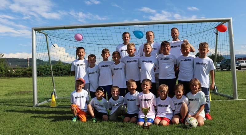Dokopná nejmladších fotbalistů Tatranu Volary. Vítězné foto s pohárem si užili nejen kluci a holky, ale i trenéři.