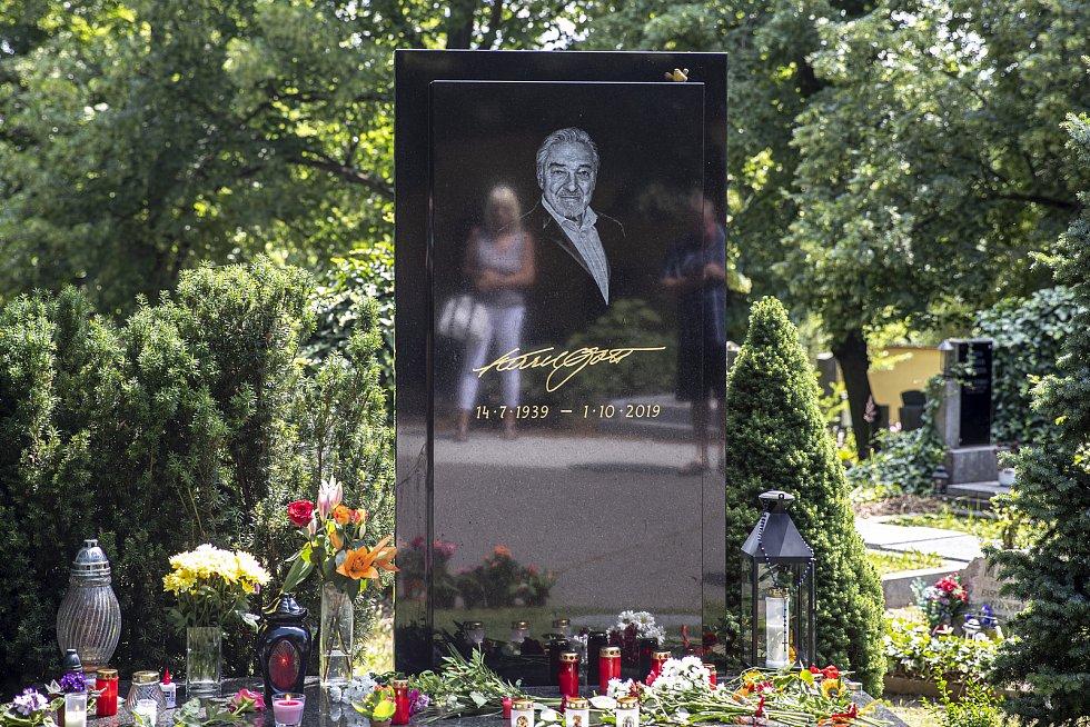 Lidé přicházeli ke hrobu zpěváka Karla Gotta den před jeho výročím narození na pražský hřbitov Malvazinky.