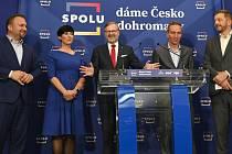 Představitelé koalice SPOLU Marian Jurečka (vlevo), Markéta Pekarová Adamová, Petr Fiala (uprostřed), předseda Pirátů Ivan Bartoš a předseda hnutí STAN Vít Rakušan.