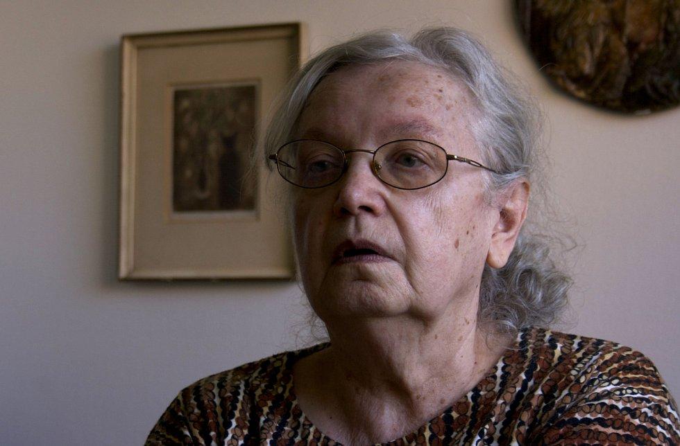 Květoslava Neradová ve svém bytě při  natáčení v roce 2011
