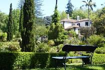 lavička v zahradě, ilustrační foto