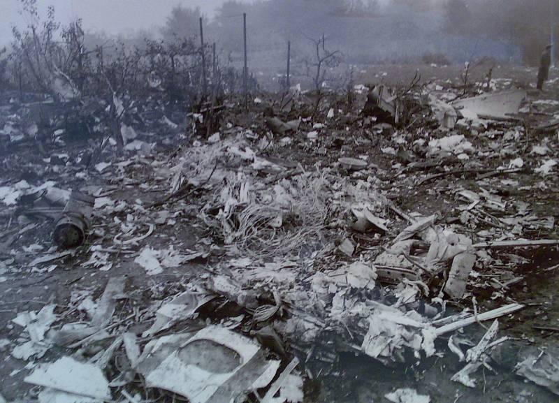 Suchdol, 30. října 1975. Letadlo se roztříštilo, ale lidé zůstali většinou upoutáni v sedačkách, živí i mrtví