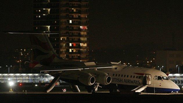 Přistání letadla na londýnském letišti City Airport.
