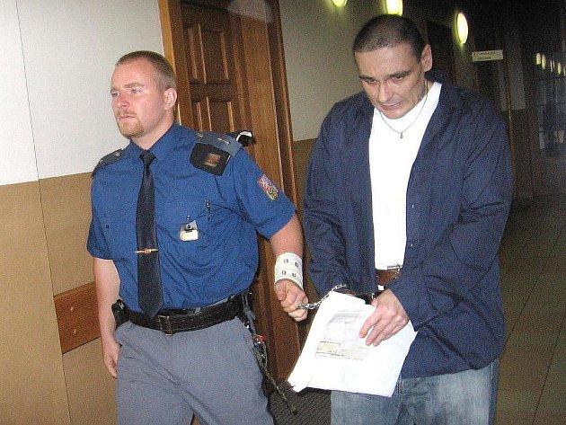 Osm let ve vězení. Tak ve středu 6. října 2010 potrestal Okresní soud v Mělníku Zdeňka Semence, který loni na ubytovně napadl sedm lidí zednickým kladívkem. Po výkonu trestu má následovat zabezpečovací detence, ochranná léčba ve střeženém zařízení.