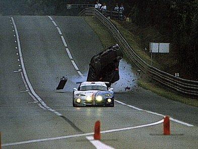 Mercedes Marka Webbera se ve warm-upu Le Mans 1999 zvedl od země a do zatáčky Indianapolis doklouzal po střeše.