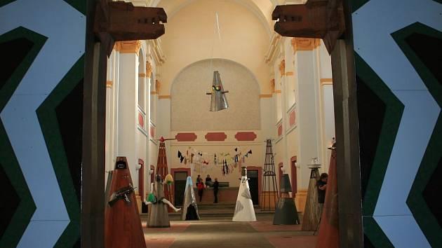 """Via Genderosa - """"Křížová cesta ženy"""" výtvarnice Oliny Francové v kostele svatého Vavřince v Klatovech"""