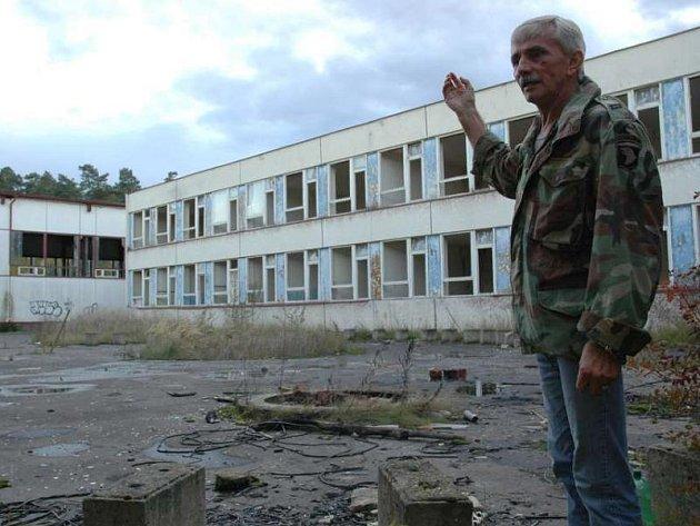 Josef Mužík před Ploužnickou školou